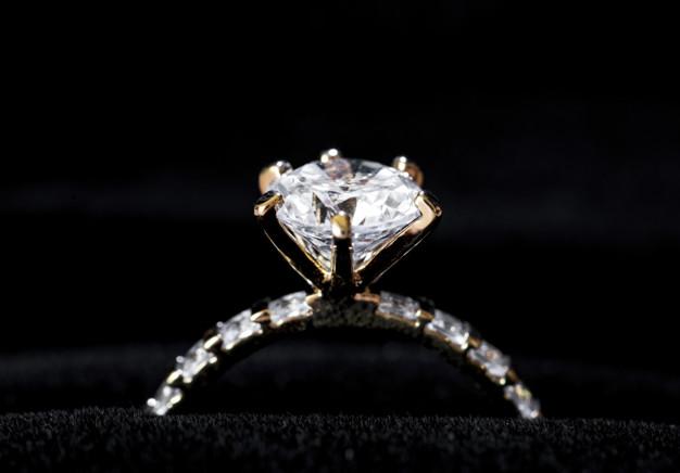 ฝันเห็นแหวนเพชร